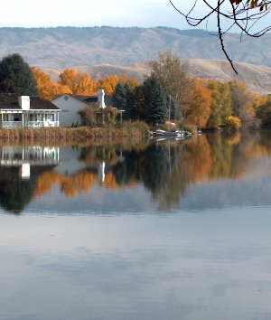 Fall color of Lake Harbor in Boise